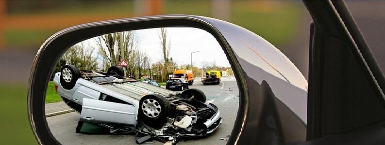 Vuelco de un coche tras un accidente por alcoholemia